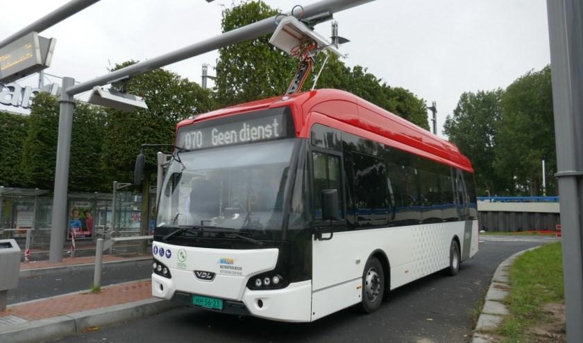 De nieuwe elektrische bus van busmaatschappij EBS, die op onder meer stadslijn 70 gaat rijden. Een grotere   bus wordt ingezet op interlokale lijnen. Foto: Jan van Es