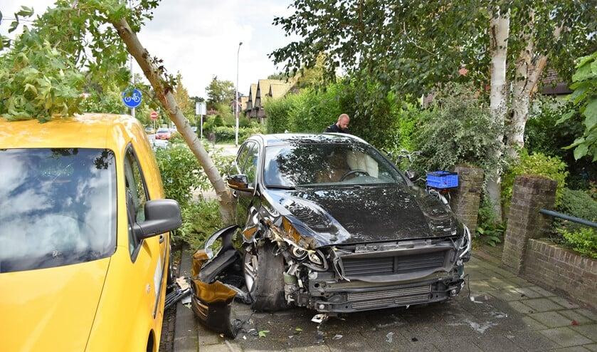 De auto reed op de stoep eerst een motor en toen een boom omver (foto: Sebastiaan Barel).