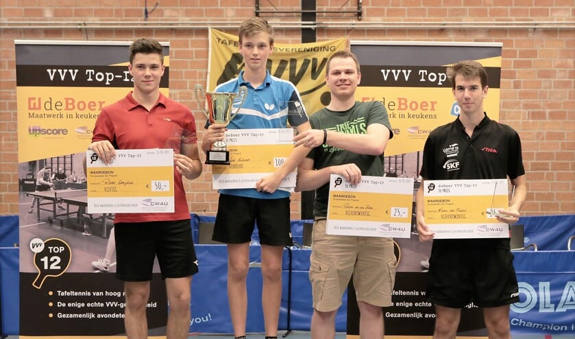 De prijswinnaars van het De Boer VVV Top-12-toernooi op het ereschavot bij tafeltennisvereniging VVV (foto: Remco de Bruijne).