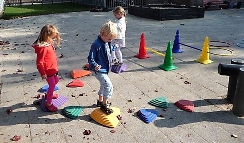De ukkies gaan met elkaar onder professionele begeleiding een half uurtje rennen, springen, rollen en dansen (foto: pr SenW).