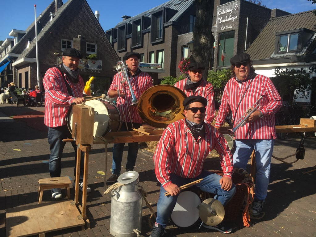 De Boerenband zorgt voor vrolijke muziek. Foto: pr  © Postiljon