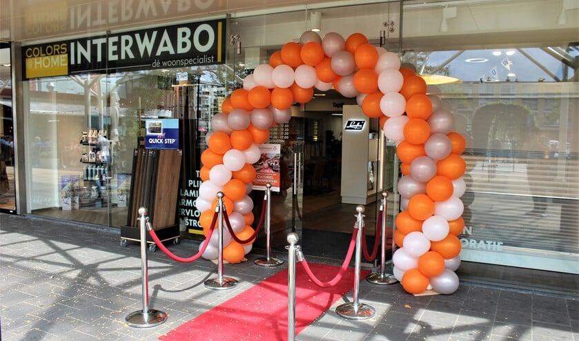 Tijdens het Cultureel Zomer Festival werd de nieuwe winkel van Interwabo officieel geopend en stond er een fleurige ballonnenboog voor de ingang van de winkel (foto: DJ).