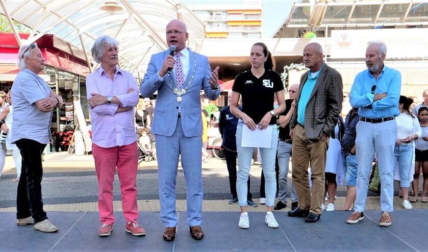 Burgemeester Klaas Tigelaar, ondermeer gelfankeerd door de organisatoren Ab Smit en Bert Winter  (l.) van het Cultureel Zomerfestival en andere betrokkenen (foto: Ot Douwes).