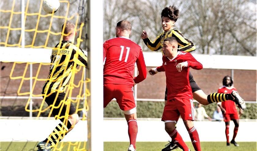 Jacky Adam (Wilhelmus), hier scorend op archieffoto, scoorde twee keer tegen Groeneweg (foto: AW).