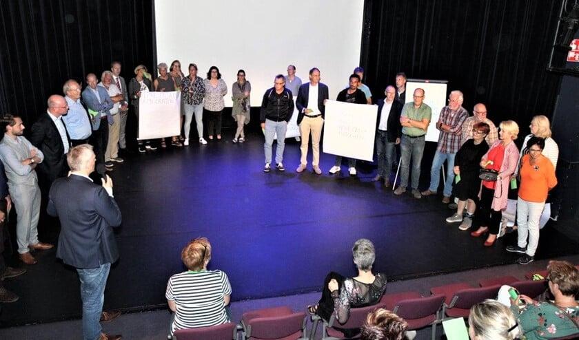 Coördinator Lucien van der Plaats tussen het publiek (foto: Ap de Heus).