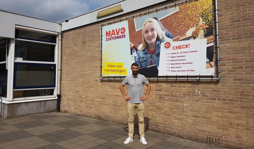 Een trotse locatieleider Sjoerd Timmerman voor de nieuwe MAVO Zoetermeer. Foto: Jana Hurtado-Panek
