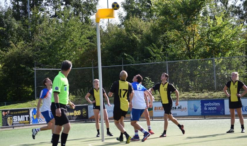 Danny Schulting ziet de bal richting korf gaan. Foto: Fabiola Plugge