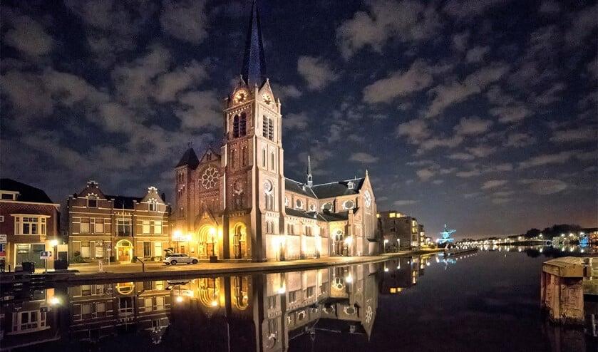 De Petrus en Pauluskerk werd in het licht gezet, wat een bijzonder schouwspel opleverde (foto: Michel Groen).