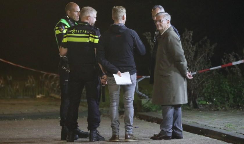 Burgemeester Aptroot (r.) was ter plekke bij de horecagelegenheid aan de Van der Hagenstraat om zich op de hoogte laten brengen. Foto: Regio15.nl