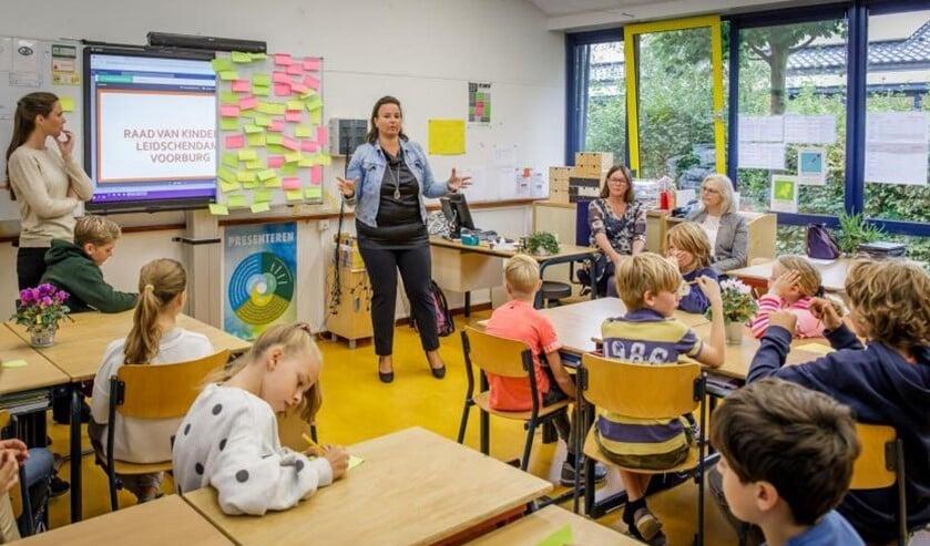Wethouder Nadine Stemerdink presenteert de onderzoeksvraag aan de leerlingen. (Foto: Gemeente LV)