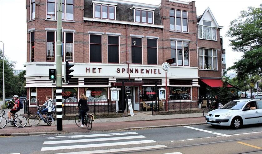 Restaurant Het Spinnewiel op de hoek van de Laan van Nieuw Oost Indië en de Schenkkade.