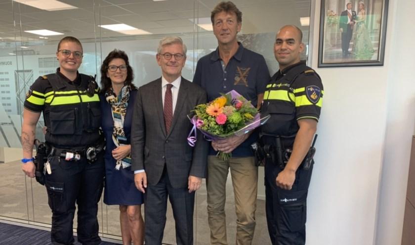 Burgemeester Aptroot roemde de reddingsactie. Ook de twee agenten die bij  de redding zijn geweest, bedankten de heer en mevrouw Spiering voor hun moedige actie. Foto: pr