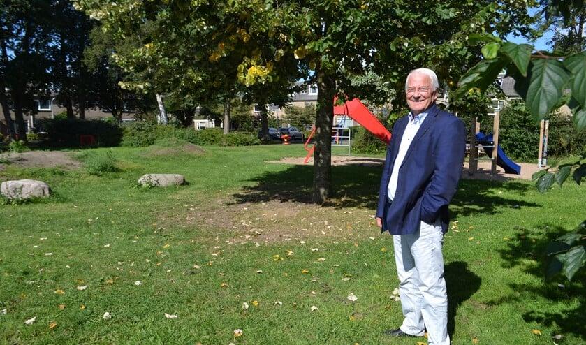 VVD'er Arnold Brans ziet graag seniorenwoningen in combinatie met groen en een speelplek verschijnen op deze locatie (Foto: Inge Koot)
