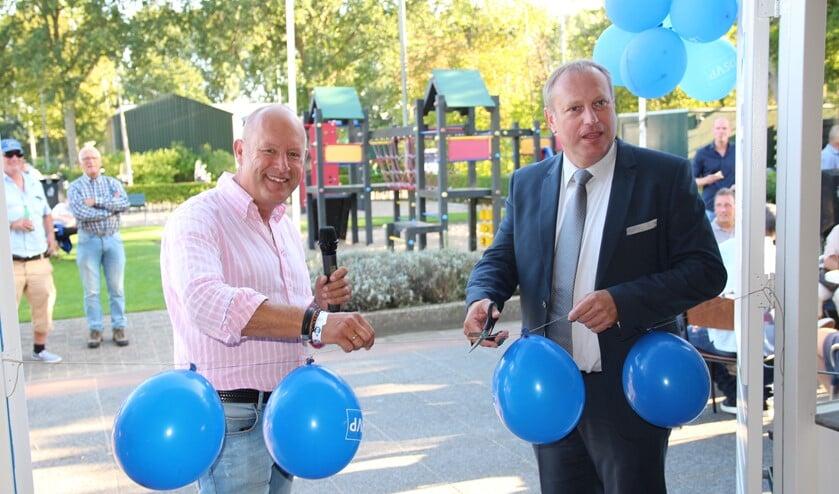 Voorzitter Peter de Jong en sportwethouder Peter Hennevanger heropenden de schitterend vernieuwde kantine van DSVP.