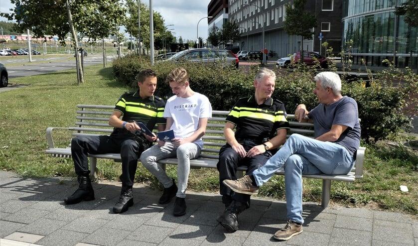 De politie in gesprek met burgers over hun woon- en leefomgeving (tekst/foto: Dick Muijs).