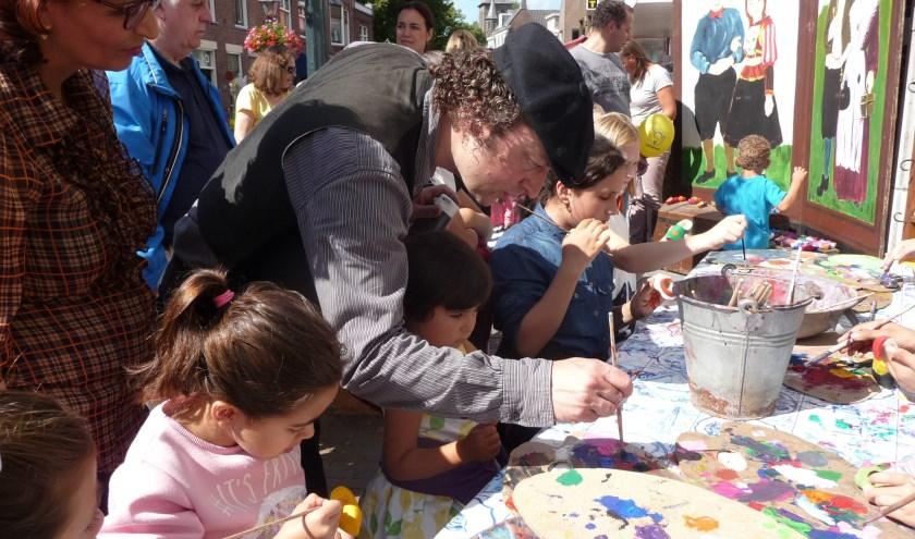 Kids kunnen creatief aan de slag bij de Klompopleukerij, waar zij een houten klompje mogen beschilderen. Foto: pr