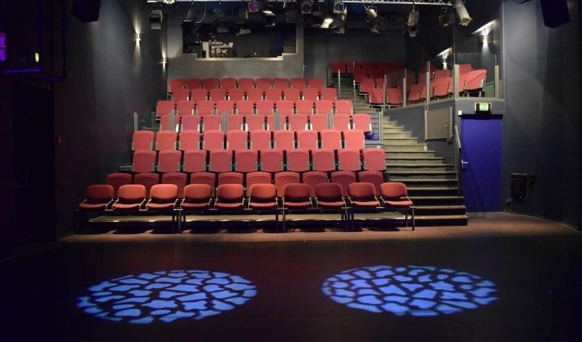 De theaterzaal van Het Veur Theater. Als de gemeente de organisatie van de theaters wil samenvoegen en het Veur Theater haar zelfstandigheid verliest, zullen deze stoelen waarschijnlijk voorlopig leeg blijven (foto: pr).   De theaterzaal van Het Veur Theater. Als de gemeente de organisatie van de theaters wil samenvoegen en het Veur Theater haar zelfstandigheid verliest, zullen deze stoelen waarschijnlijk voorlopig leeg blijven (foto: pr).