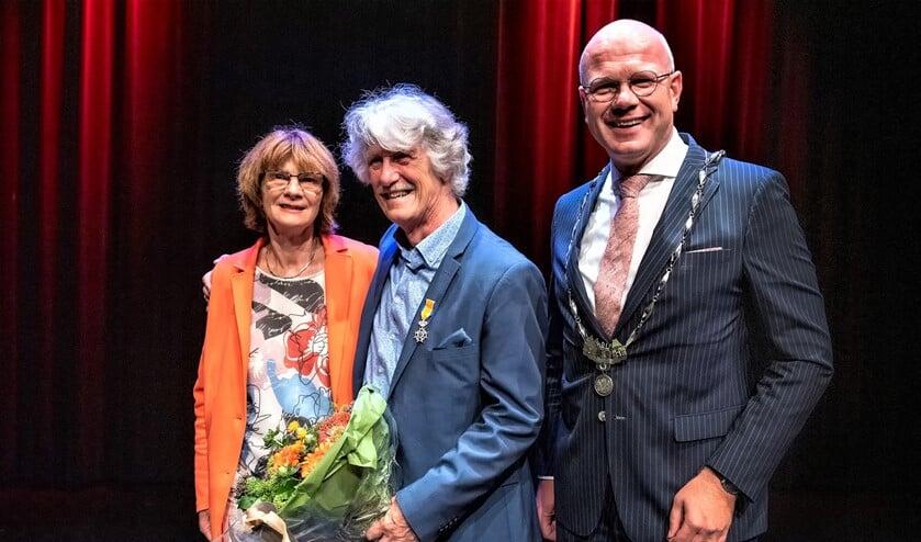 De onderscheiden Ab Smit met zijn echtgenote en burgemeester Klaas Tigelaar (foto: Michel Groen).