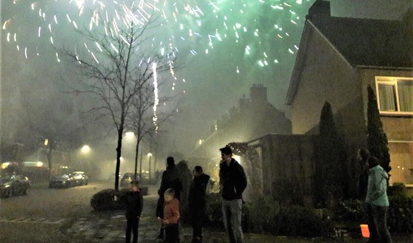 Oud en nieuw in de Leidschendamse wijk De Zijde met veel mist en rook (foto: Muriel de Vreede).