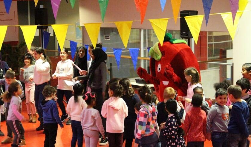 Na de toespraak zongen de leerlingen met enthousiasme een fruitlied en dansten daarop met de populaire tomaat-mascotte.