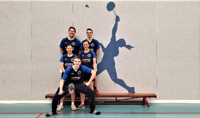 Team in van Badmintonclub Voorburg met van links naar rechts en van boven naar beneden: Harold, Tom, Anita, Gea en Bram (foto: pr).