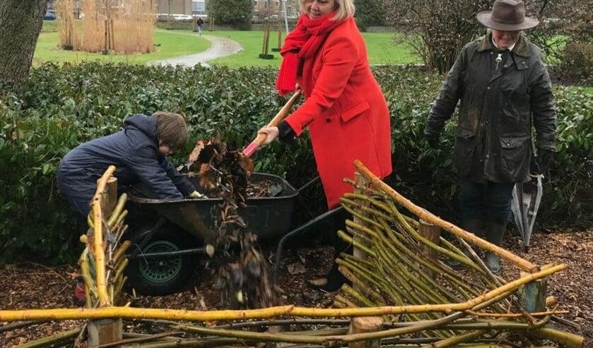 Wethouder Astrid van Eekelen gooide als eerste een schep composteerbaar materiaal in een van de bakken (foto: gemeente LV).