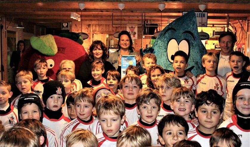 Wethouder Nadine Stemerdink kwam bij de Voorburgse Rugbyclub het zilveren certificaat Gezonde Sportkantine uitreiken (foto: Miriam Blom).