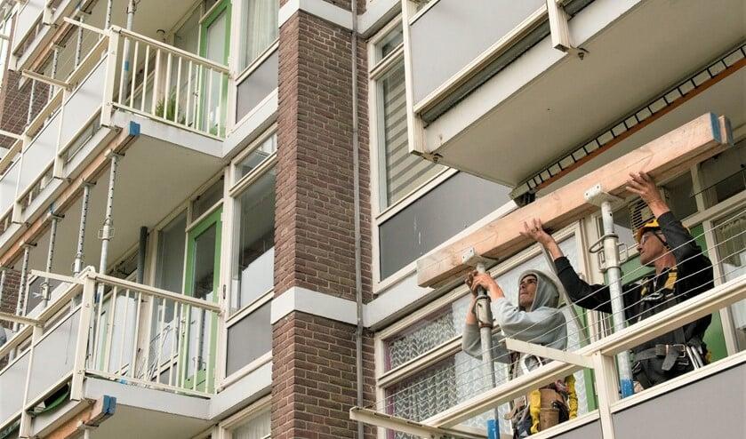 Werkzaamheden aan de flatwoningen aan de Burgemeester Velthuijsenlaan in Leidschendam (archieffoto).