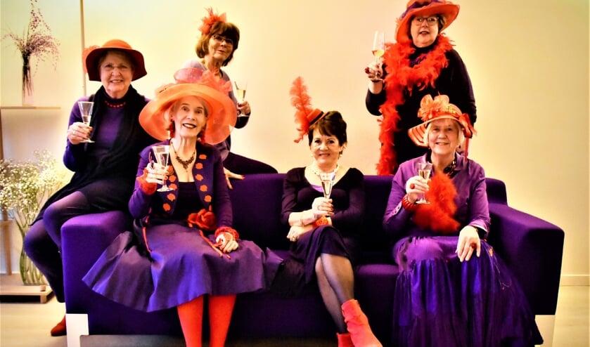 Voor de herkenbaarheid heeft de groep Red Hat chapter een dresscode: paarse kleding en een rode hoed.(foto: Louis Klerks 2018).