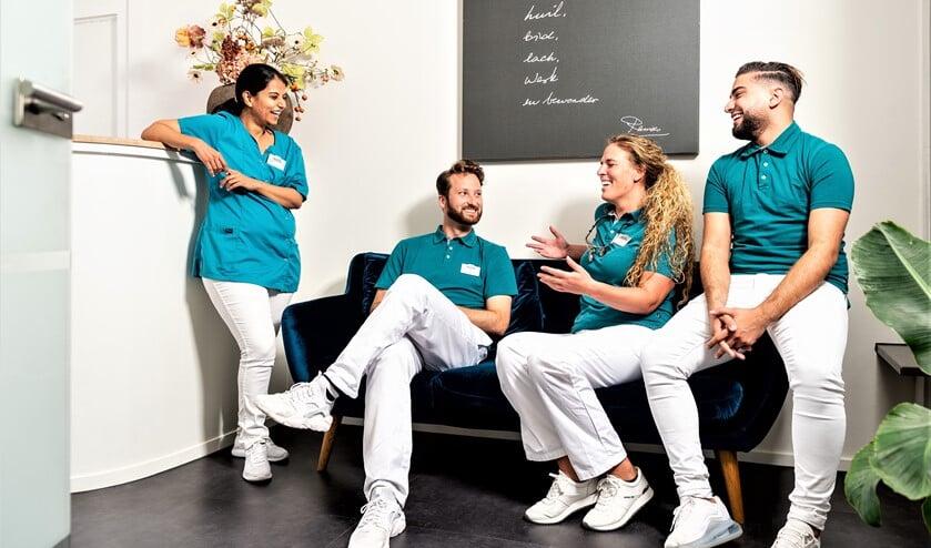 Heske Knoest (2de van rechts) is de slaaptandarts bij Mondzorggilde Nederland (foto: PR).