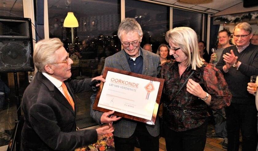 Kees Wenneker speldde als ambassadeur van de KNVB Joost de Bock een waarderingsteken op en reikte de oorkonde Lid van Verdienste van de KNVB uit (foto: Ap de Heus).