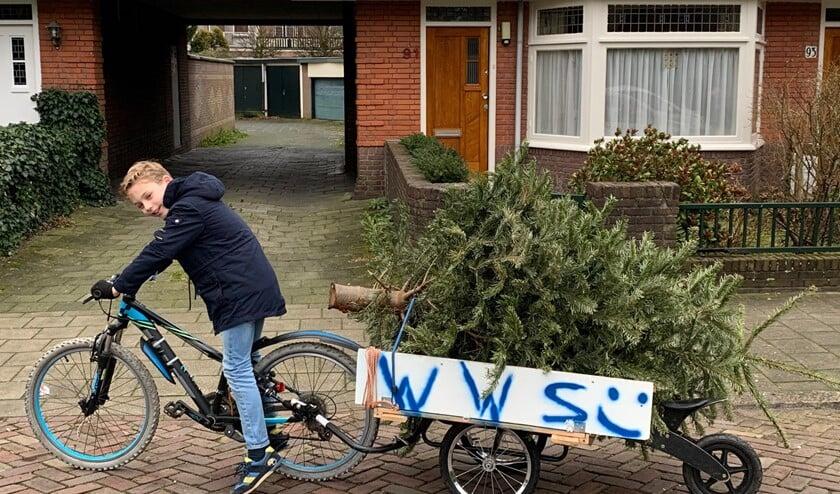 Walter met zijn speciale karretje achter de fiets om kerstbomen op te halen (eigen foto).