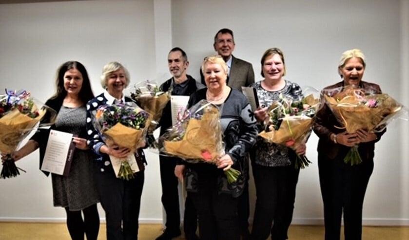 Een aantal jubilarissen en de Vrijwilliger van het Jaar met de voorzitter van de afdeling.