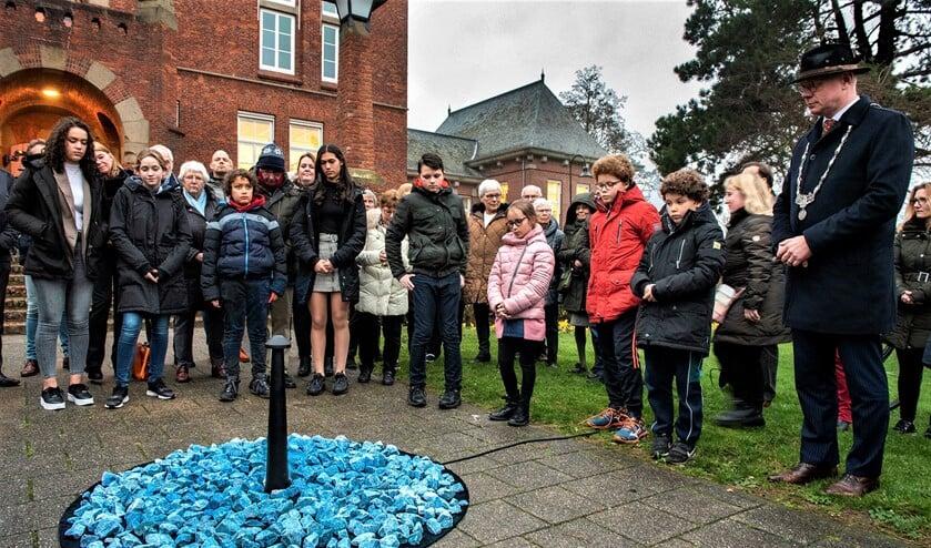 Burgemeester Tigelaar samen met middelbare scholieren van het 's Gravendreefcollege bij het kunstwerk 'Levenslicht' voor het gemeentehuis in Leidschendam (foto: Michel Groen).