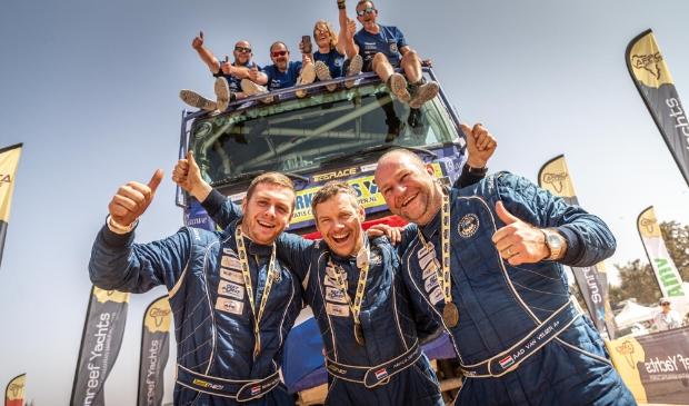 Het team van Van Velsen Rallysport aan de finish na het voltooien van de Africa Eco Race in Dakar (foto: Tim Buitenhuis). Tim Buitenhuis © Het Krantje