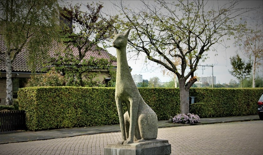 <p>&lsquo;Langhalskat&rsquo; (1969). Een beeld van Frans van der Veld (Lisse 1940) op de Koolmeeslaan in Leidschendam (foto: Marian Kokshoorn).</p>