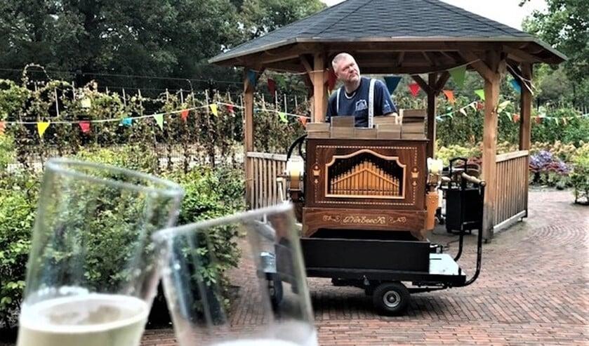 <p>Maandag 28 september, gezamenlijk proosten op het 1 jarig bestaan van WZH Vliethof in de aangrenzende tuin met draaiorgelmuziek en champagne (foto: pr).</p>