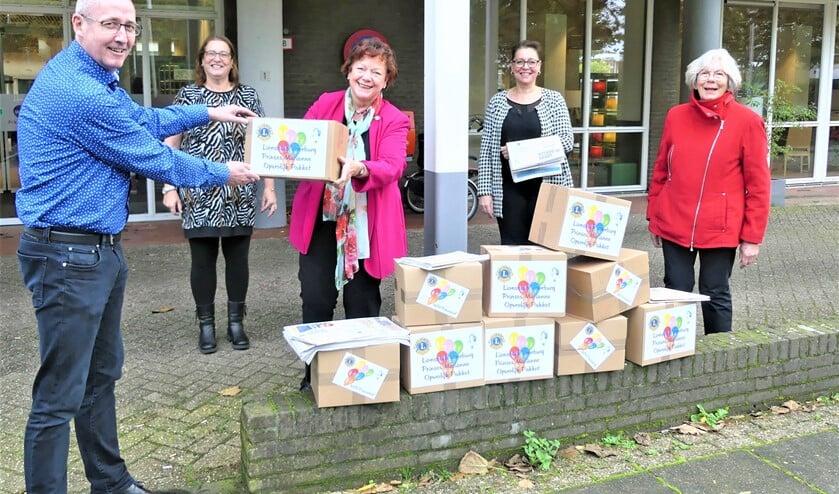 <p>Richard Spraakman, locatiemanager van WZH Prinsenhof ontvangt de Opvrolijk Pakketten voor Prinsenhof van de Lions Nicole de Groot, Madeleine van Berkel en Marianne Knijnenburg (foto: PR).</p>
