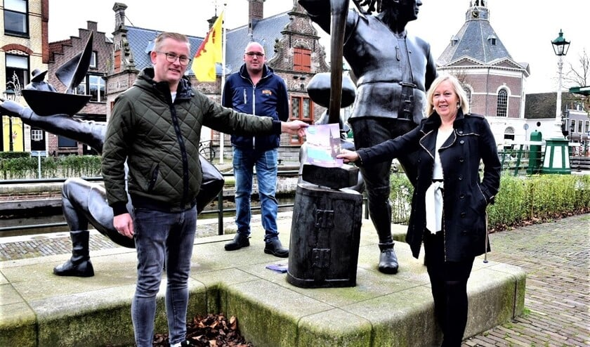 <p>Wethouder Astrid van Eekelen neemt eerste exemplaar van het Leidschendam-Centrum magazine in ontvangst (foto: gemeente LV).</p>