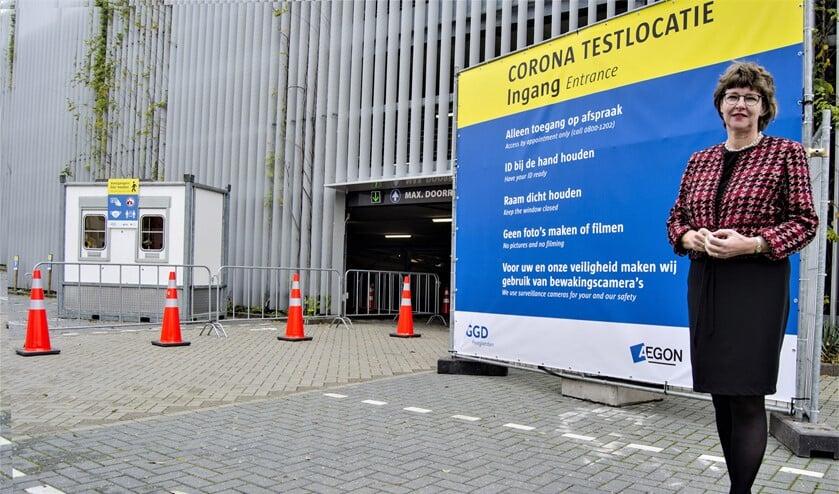 <p>Wethouder Juliette Bouw bij de entree van de nieuwe coronatestlocatie aan het Aegonplein in Mariahoeve (vlakbij het station) te Den Haag (foto: gemeente LV).</p>
