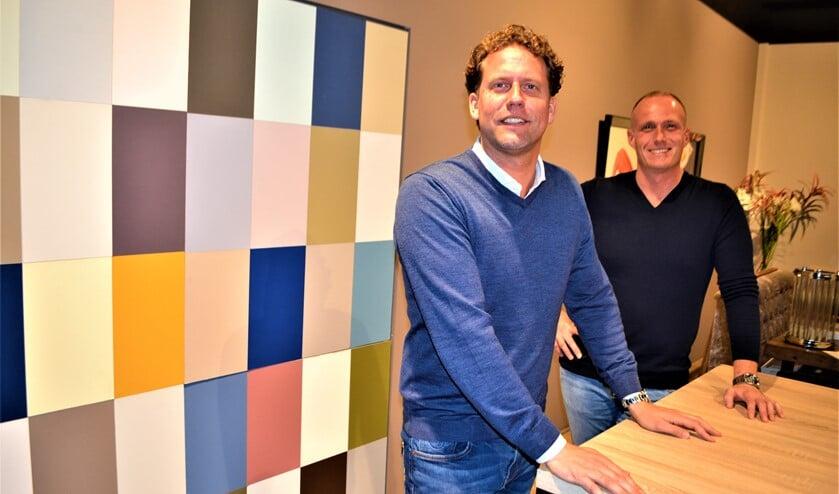 <p>Jorden Kuijper en Kevin van der Klink adviseren hun klanten nu ook in de nieuwe showroom van J. Kuijper schilders- en onderhoudsbedrijf (foto: Inge Koot).</p>