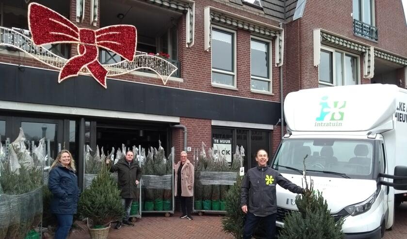 <p>Chantal Straver, Ruben Leijs en Angelique de Jonge van de Berkelse winkeliersvereniging samen met Tonnie Faase van Intratuin Pijnacker. </p>