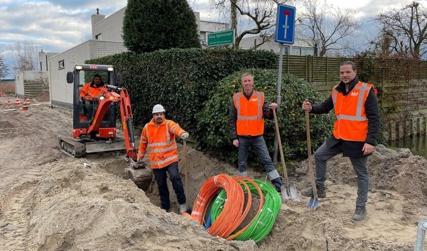 <p><em>Vertegenwoordigers van SKP en BAM Infra Telecom zetten de eerste schop in de grond in Klapwijk.</em></p>