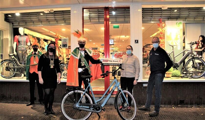 <p>&nbsp;Winnares Tara Dohe ontving haar fiets van Prins Transportador en Page Silke bij Bike Totaal Thijs Brand aan de Damlaan in Leidschendam. </p>
