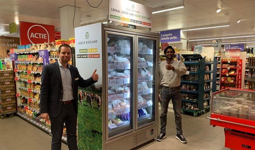 <p>Bedrijfsleider Tim en medewerker Yannick zijn trots op de samenwerking met Hoeve Biesland.</p>