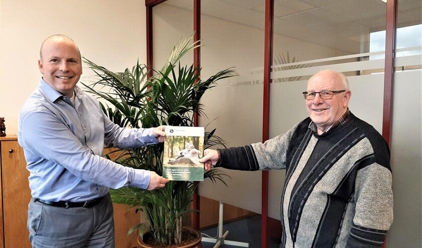 """<p>Financieel planner Pieter Oorlog van <a href=""""https://www.foreburgh-fp.nl/index.php"""">Foreburgh Financi&euml;le Planning & Hypotheken</a> overhandigt een brochure (foto: pr).</p>"""