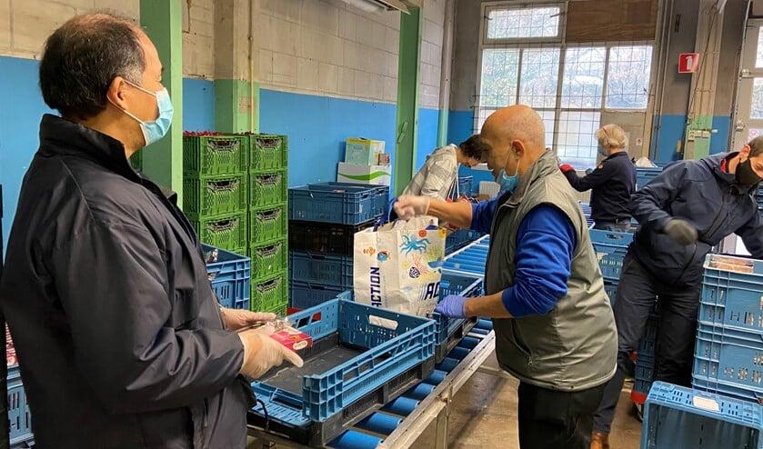 <p>Pakketten worden klaargemaakt bij de Voedselbank (foto: pr).</p>