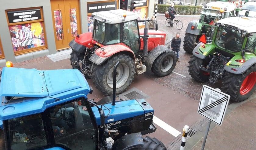 Trekkers blokkeren de doorgang bij de sluis in Leidschendam  (foto: Tom Lek).