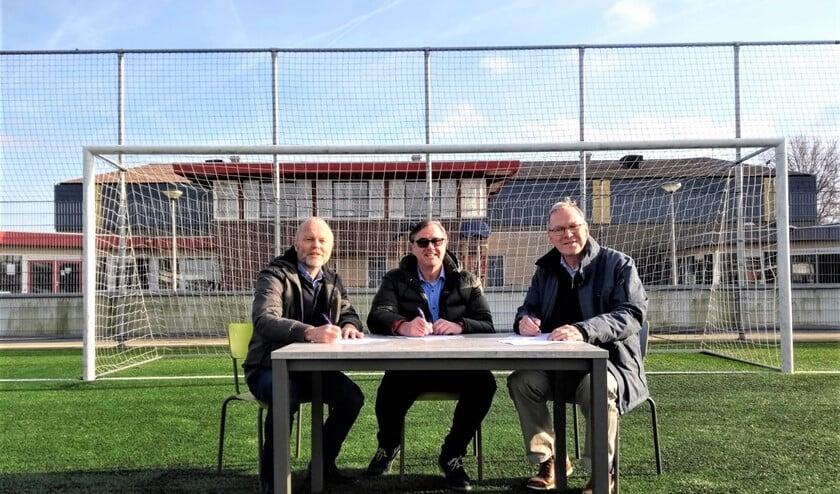 V.l.n.r.: Peter van den Berg, vertegenwoordiger Sport en Welzijn, Alex Wijnen, voorzitter RKAVV en Rob de Ruijter, voorzitter SEV (foto: pr).