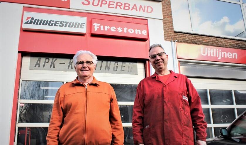 Oprichter Dick Bonnes sr. en de huidige directeur Dick Bonnes jr. voor het garagebedrijf aan de Looierslaan in Leidschendam (foto/tekst: Dick Janssen).